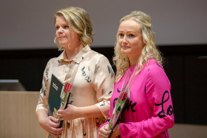 Veera Kivelä ja Annika Ammesmäki-Kangasniemi työskentelevät Koivuhaan koululla.