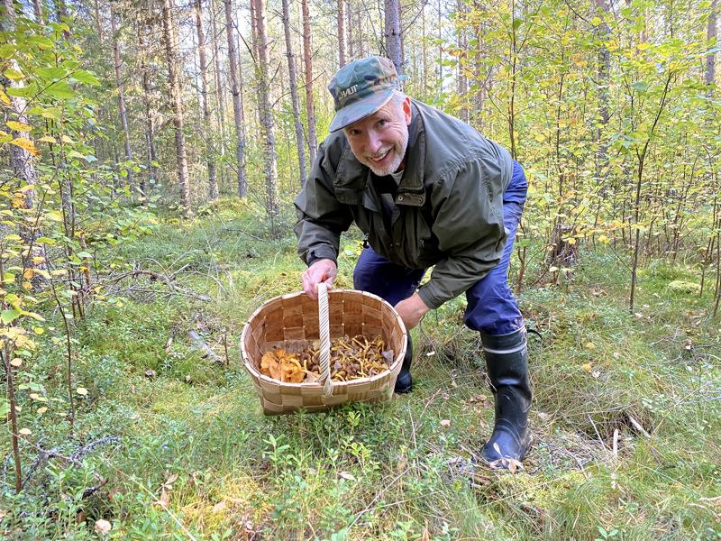 Kenneth Bergroth viihtyy syksyisessä sienimetsässä.