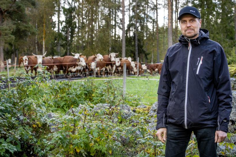 MTK Keski-Pohjanmaan toiminnanjohtaja Jan-Ove Nyman tuumii, että maataloustöihin aikovalla on hyvä olla oikea asenne ja halu oppia. Tämä koskee niin kantasuomalaisia kuin muualta tulleita.