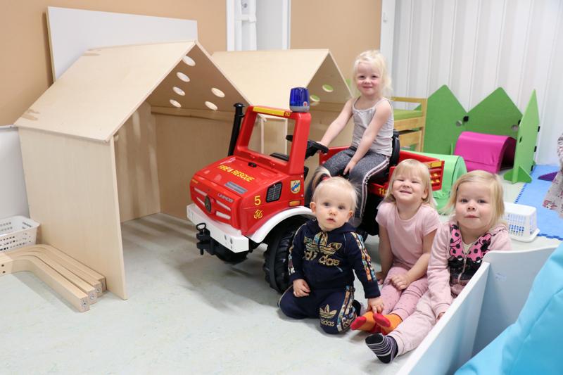 Päiväkoti Mäntymetsän isoa leikkihuonetta olivat tiistaina testaamassa Ninni Linna (paloauton kyydissä), Josefiina Linna, Kiia Riihimäki ja Janessa Lassila.