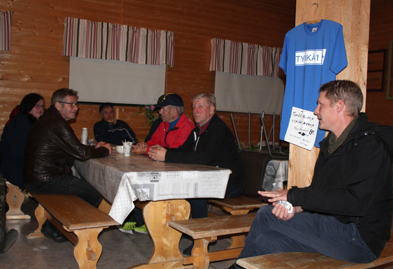 Harvinaisen runsaslukuisena kokoustettiin Tyngän Myllyn toimintamajalla tiistai-iltana. Hallitus oli koossa yhtä jäsentään lukuunottamatta ja kyläläisiäkin oli paikalla toistakymmentä. Vuosikokousta johti Antti Nikula.