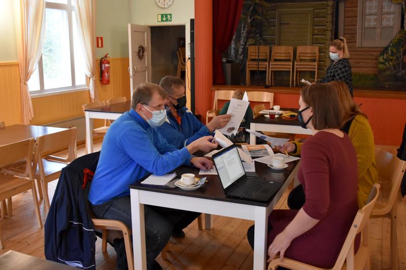 Myönteistä yhteisöllisyyttä. Tapio Tuikka, Jorma Kauppinen, Ronja Tuikka ja Marja Tiala keskustelivat kunnanjohtaja Anne Kurkelan (taustalla) vetämässä strategiaillassa Yli-Lestin työväentalolla.