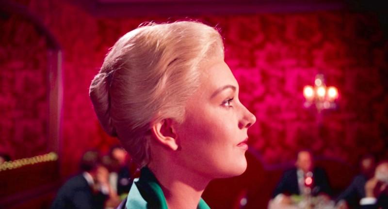Kim Novak loistaa kaksoisroolissa, vaikka Hitchcock olisi halunnut Grace Kellyn. Madeleine (kuvassa) huokuu glamouria.