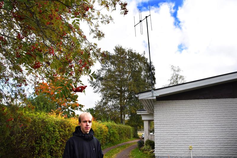Roll FM kuuluu tällä hetkellä vain 1-3 kilometrin päässä Pasinkujalta. Riku Martinmäki on jo hankkinut luvat suurempitehoiselle lähettimelle, mummolan katolle on nousemassa kookkaampi lähetysantenni ja kuuluvuusalue kasvaa.