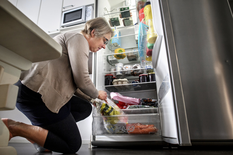 Ritva Nauha huomasi jääkaapilla, että omenia olisi kauraomenapaistoksen tai omenapiirakan verran. Hän päätti siirtää kuitenkin niiden hyödyntämisen siihen, kunnes lämmittää uunia ja leipoo samalla muutakin perheelle.