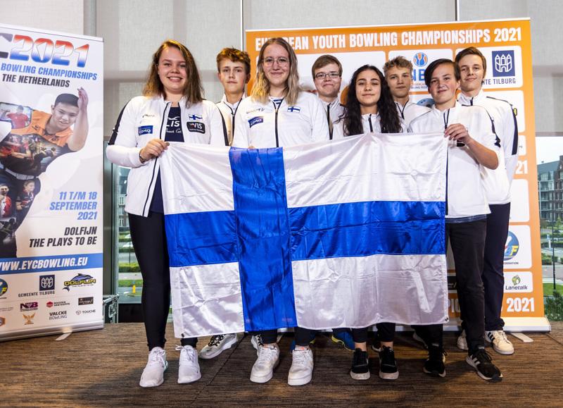Suomen tyttöjen ja poikien joukkueet keilasivat EM-pronssia. Kalajokinen Jani Soukka kuvassa  toinen vasemmalta..
