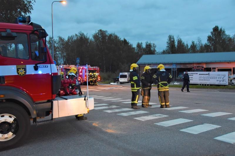 Liikekiinteistö kärsi huomattavia vaurioita tulipalossa Kokkolassa torstaina.