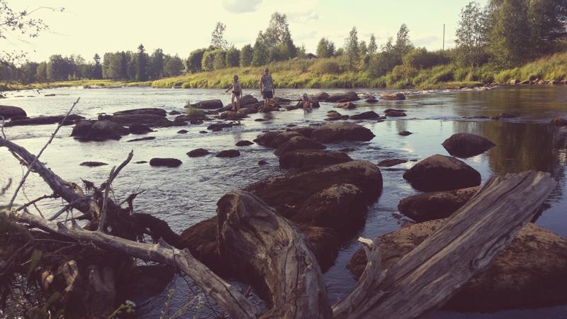 Jonna Kangaskokon voittokuvassa on kaikkea: rantaa, peltoa, joki, rakennuksia, ihmisiä ja kiviä.