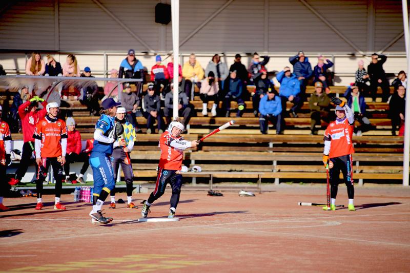 Juho Heikkala (lyömässä) pelasi Kempeleessä hyvin.