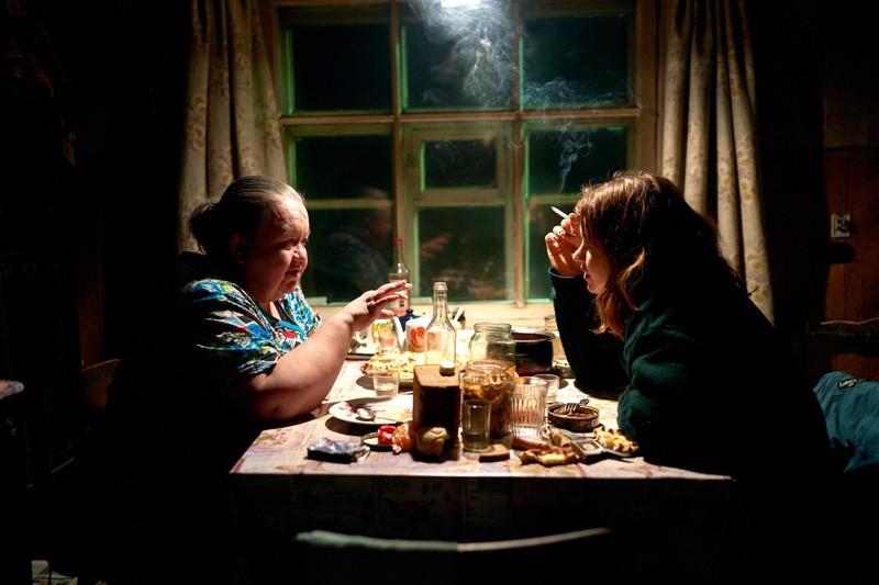 Murmanskin-matkan välietapilla Laura (Seidi Haarla, oik.) tapaa hyttikaverinsa kasvattiäidin. Filmin löytö, Lidia Kostina, ei ole aiemmin esiintynyt elokuvissa.