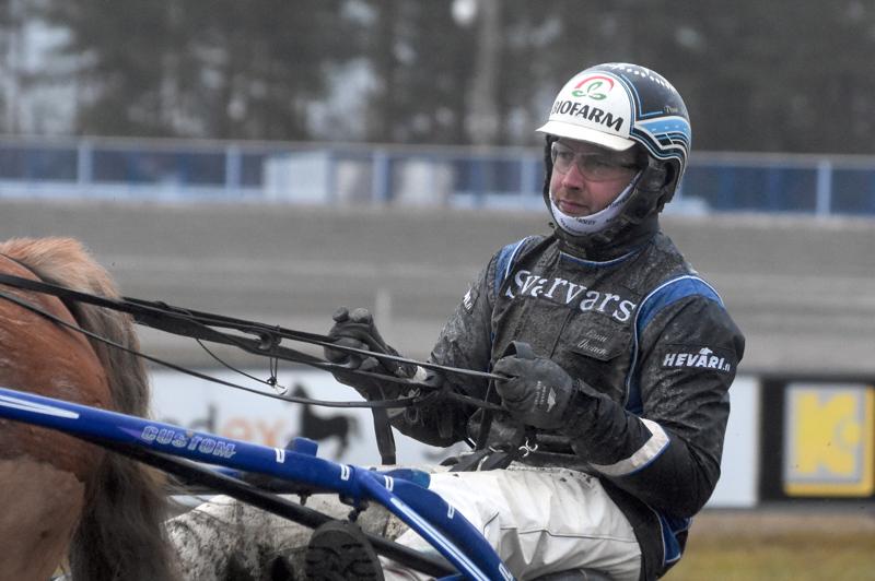 Kalajokisen raviurheilun kasvatti Panu Ahonen ohjastaa vanhalla kotiradallaan lauantaina kuutta hevosta.