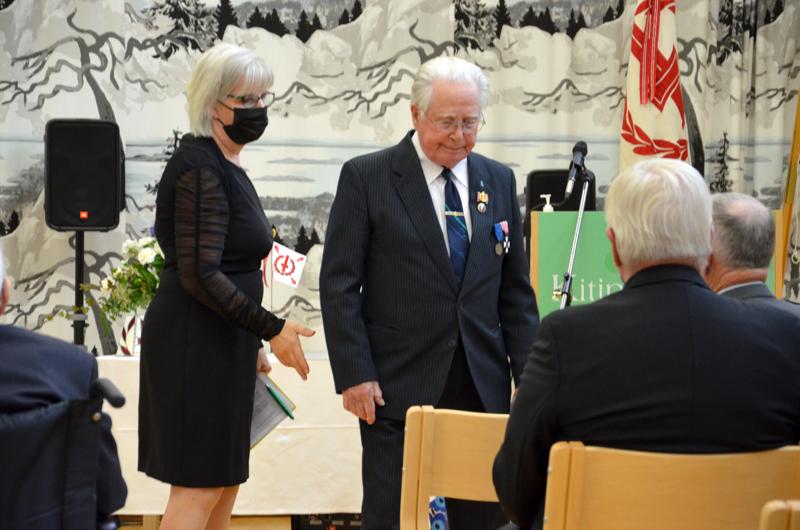 Piirin toiminnanjohtaja Maija Paasila ja Väinö Aronen.