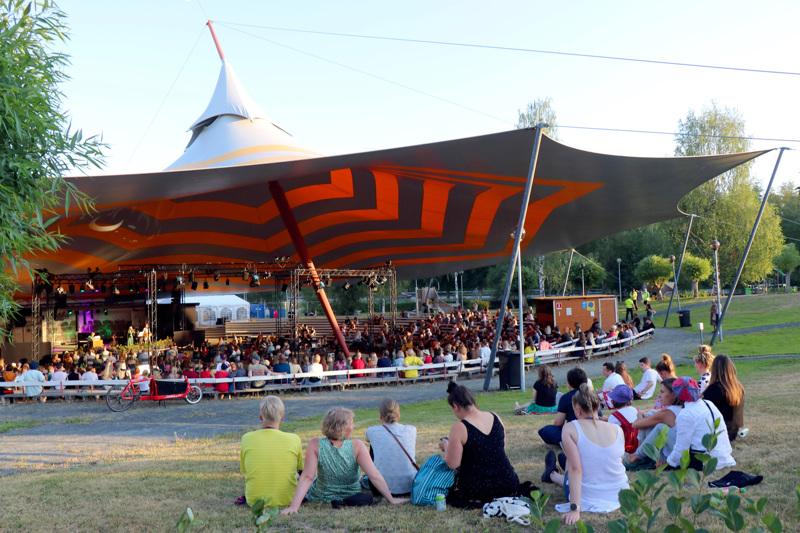 Kaustisen kansanmusiikkijuhlat järjestettiin kesällä 2021 yksittäisten konserttien sarjana. Areenalle otettiin yleisöä vain 500 henkilöä per konsertti.