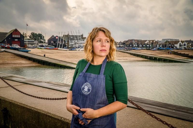 Pearl (Kerry Godliman) on ravintoloitsija ja etsivä.
