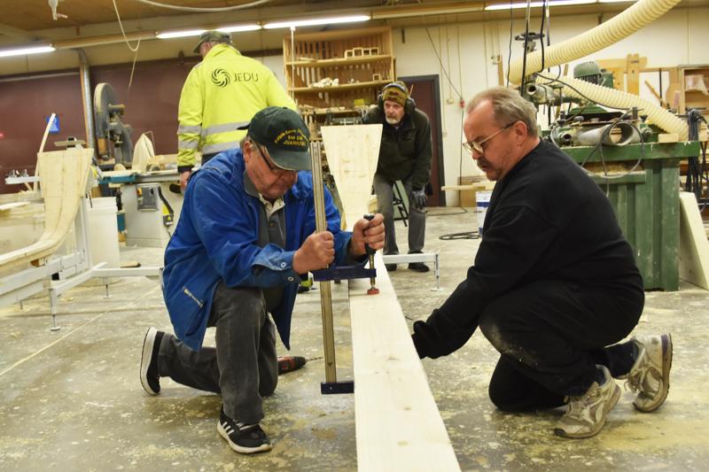 Ammattikoulun pojiksi heittäytyneet Jouni Ryyti ja Lassi Liukkonen rakentavat yhteistä jokivenettä.