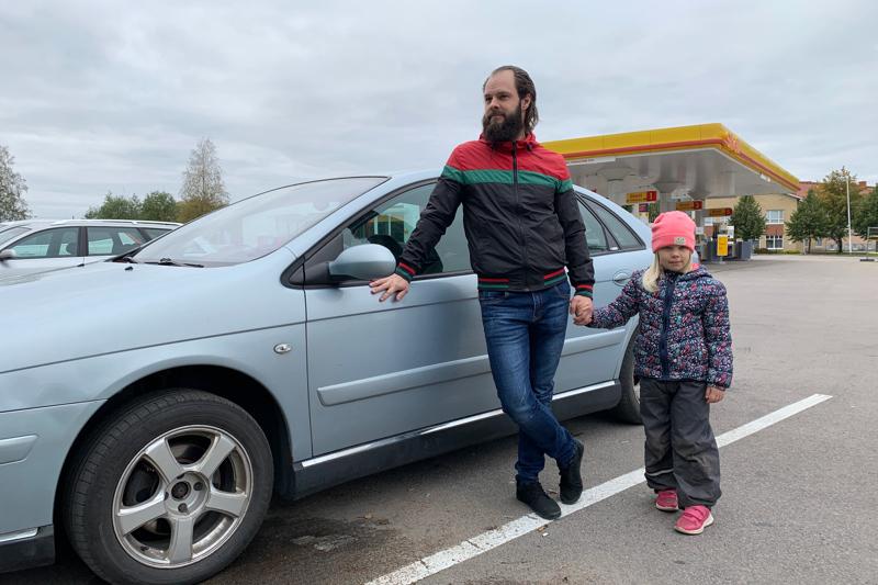 Ylivieskalainen Johannes Typpö käy töissä Reisjärvellä. Hän noutaa viisivuotiaan Ottilia-tyttären päivähoidosta päivittäin.