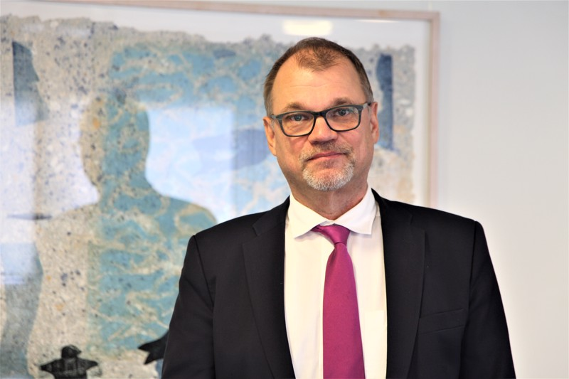 Kansanedustaja Juha Sipilä katselee nykypolitiikkaa entisen pääministerin ja taloudenpitäjän vinkkelistä. Poliitikon elämä Eduskuntatalossa on pian mennyttä aikaa.