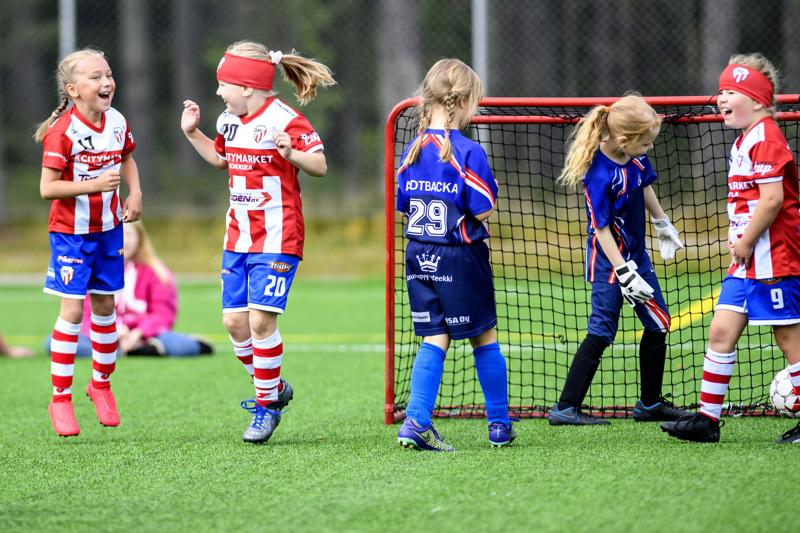 Kesällä Kokkola cupissakin (kuva) GBK:n kohdanneet Lohtajan Veikkojen tytöt pääsivät viikonloppuna pelaamaan Veikkojen järjestämässä syysturnauksessa.