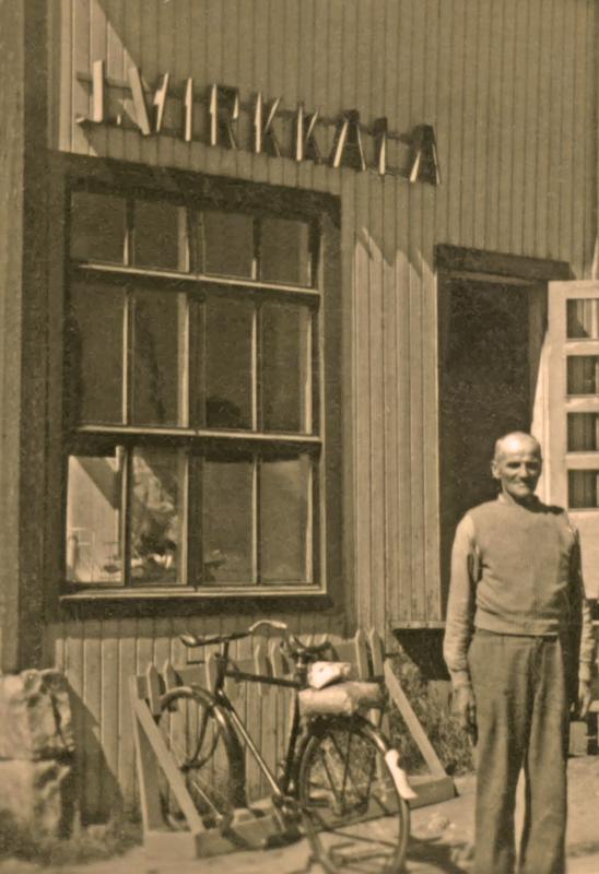 Jalmari Virkkala kauppansa pihalla vuonna 1952.