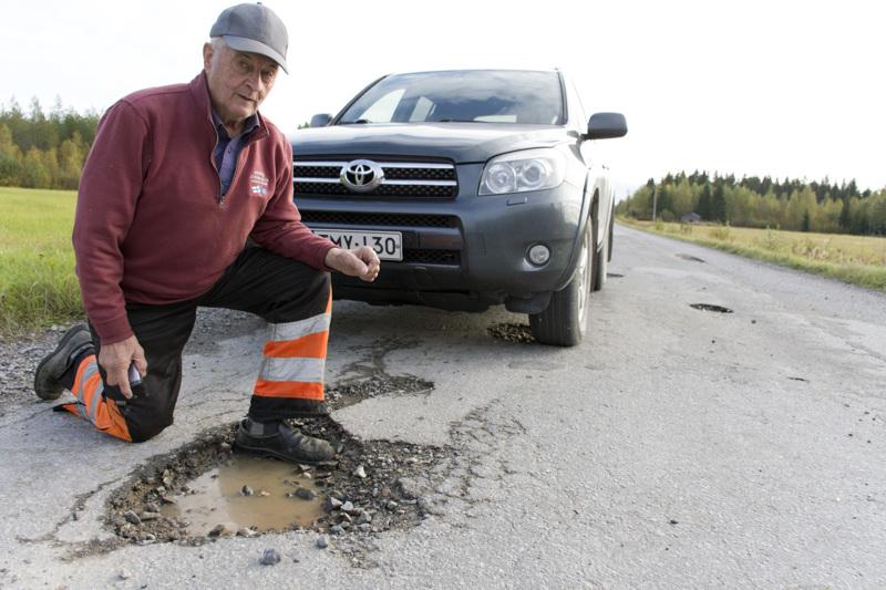 Eero Pelto-Arvo kauhistelee Mutkalammintien syviä monttuja, jotka ovat Kalajoen puolella.
