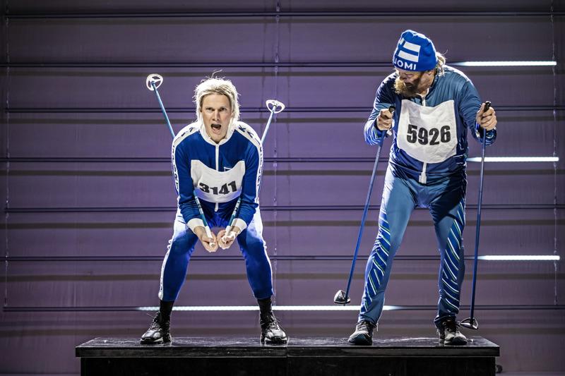 Kokkolan kaupunginteatterissa hiihdetään jälleen; Tomi Turunen ja Jarkko Mikkola.