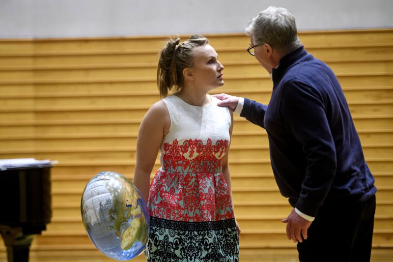 Minna-Leena Lahti ja Hannu Ilmolahti laulavat Vieras laji -oopperan päärooleissa.