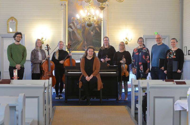 Janne Peltokorpi (vas.) iloitsee seurakuntien välisestä yhteistyöstä. Neljää laulajaa ja orkesteria johtaa Reisjärven seurakunnan kanttori Anni Kalliokoski (kesk.).