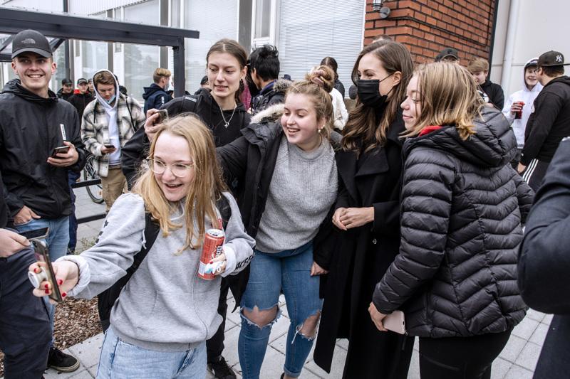Selfiet pääministerin kanssa olivat kova sana, kun Sanna Marin vieraili maanantaina Kokkolassa ja tutustui mm. Kpedun toimipisteeseen.