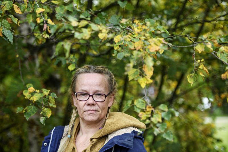 Kokkolalainen Saija Arokallio ei ole vielä saanut ensimmäistäkään koronarokotetta, vaikka oli ensimmäisten joukossa sitä hakemassa.