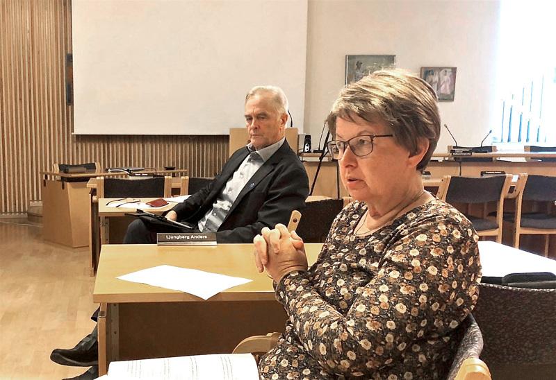 Kunnanhallituksen puheenjohtaja Liane Byggmästar (r.)  osallistumassa valtuuston kokoukseen,