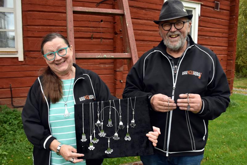 Riitta ja Antti Alatalo myyvät koruja mielellään itse erilaisissa tapahtumissa. Haarukkariipukset kuuluvat suosituimpiin malleihin.