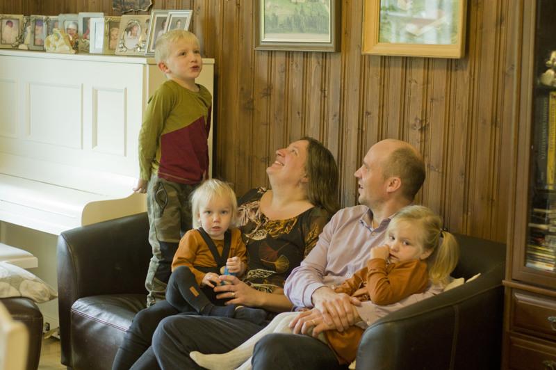 Eeva-Leena ja Heikki Ainasoja ja lapset Eero, Tapio ja Helga.