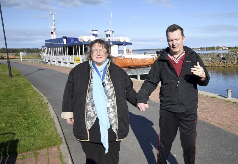 Eija ja Jouko Suvannolle yhteiset ulkoiluhetket ovat tärkeitä. Usein ulkoilut suuntautuvat Meripuistoon, jossa voi katsella merelle. Tankarissa he käyvät joka kesä.