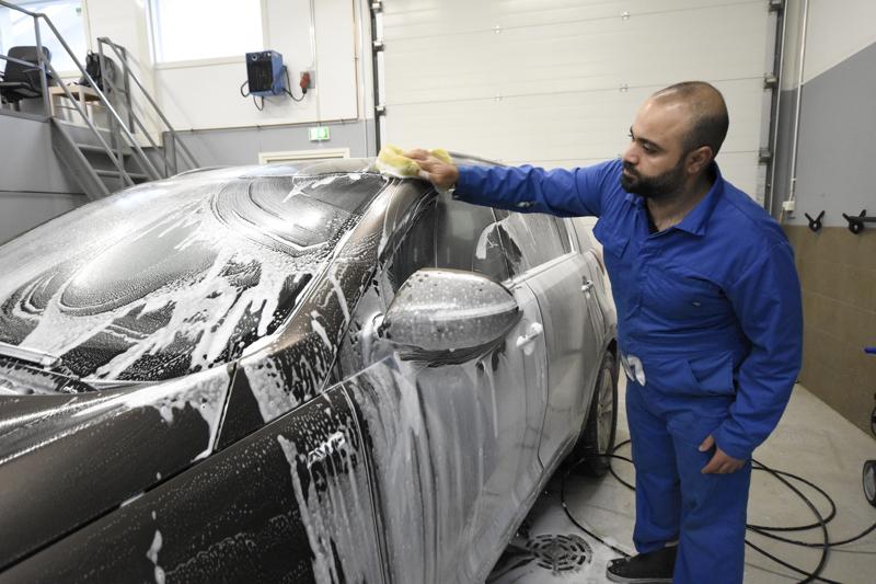 Hawre Tarek perusti Kokkolan Autopesun keväällä. Autot hän pesee ja vahaa käsin.