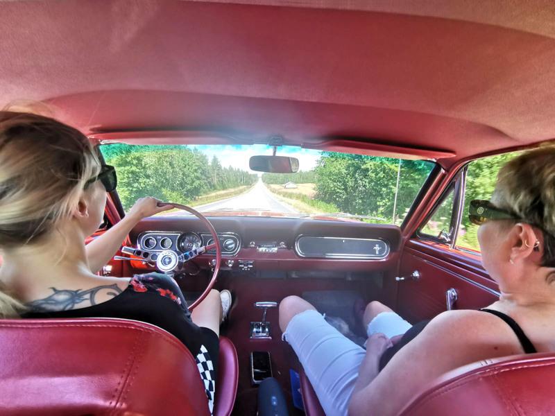 Ajelulla. Tiina Lehojärvi ja Raija Gromoff Mustangin kyydissä.