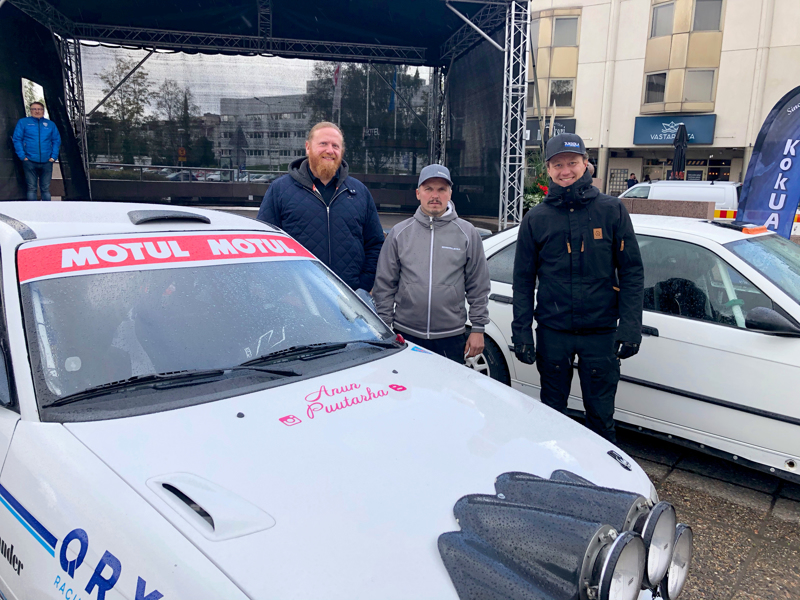 Kokkolan Urheiluautoilijoista kilpailuun osallistuvat muun muassa Veli-Matti Jukkola (oik) ja Jari Sysimetsä, kartturinaan Jan Isaksson.
