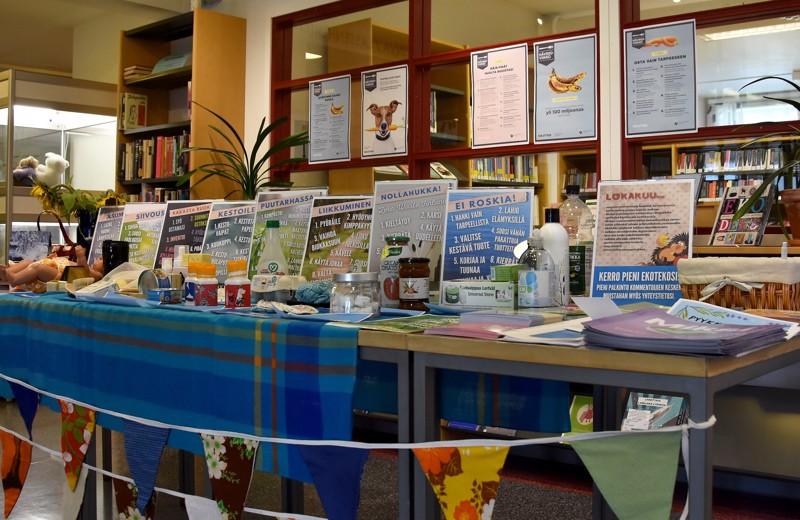 Ekotekoja. Vinkkejä ympäristöystävälliseen arkeen saa Kannuksen kirjaston näyttelystä.