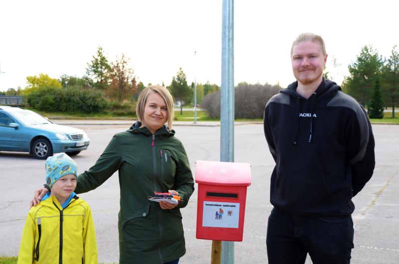 Pyöräilykampanjan onnelliset arvontavoittajat Eemil ja Elisa Ojala sekä liikuntasihteeri Henri Heiska kampanjalaatikon äärellä.