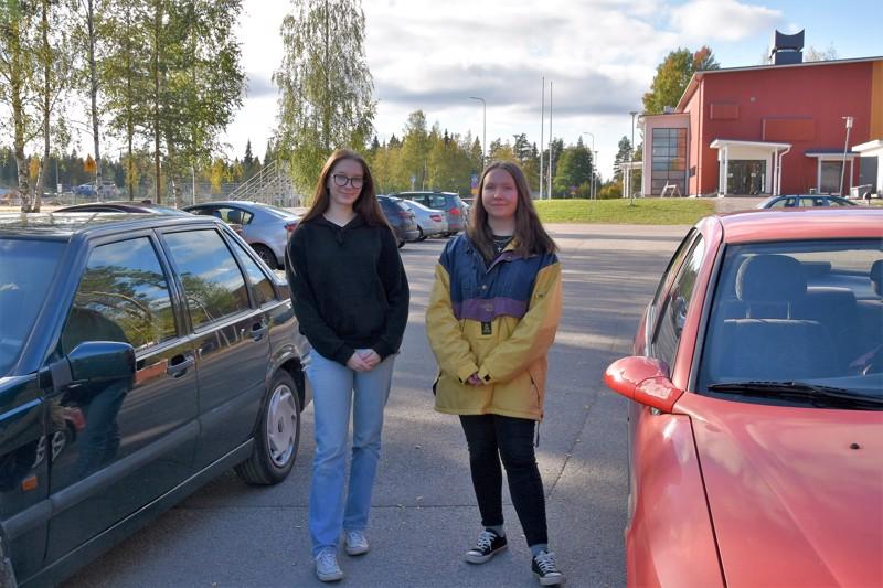 Auto tuo vapautta. Ella Ahokas ja Senni Peltola saivat ajokorttinsa 17-vuotiaina.