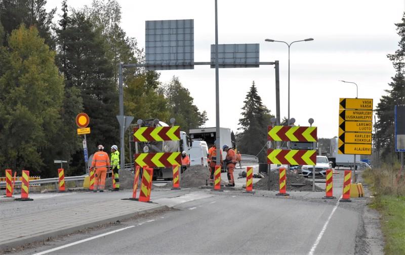 Työt Kolpintien sillalla Pietarsaaressa ovat valmistumassa noin kuukauden verran etuajassa. Liikenne-esteet puretaan torstaina.