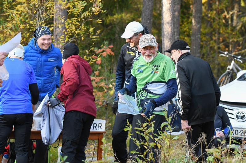 Iltarastien puheenjohtaja Jorma Oja (toinen oikealta) kuvaili kautta hyväksi, vaikka osallistujamäärissä ei ennätyksiä rikottu. Taustalla ratamestari Antti Isokääntä ottaa ilmoittautumisia vastaan.