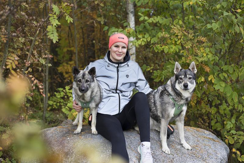 Miisa Rahkolalla on paljon kissakaimoja, mutta kavereina hänellä on koiria, Esteri ja Jita.