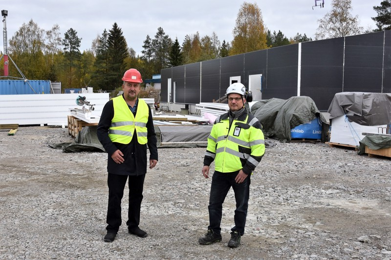 Uutta tilaa. Rakenteiltaan ja tekniikaltaan kokonaan uusi jätevedenpuhdistamo hyödyttää myös jätevesien lähtöpaikkaa, tähdentävät Lestijärven kunnanhallituksen puheenjohtaja Jorma Koski-Vähälä ja tekninen johtaja Janne Pekkarinen Kinnulan jätevedenpuhdistamon työmaalla. Siellä käsitellään Kinnulan ja Lestijärven jätevedet ensi kevättalvesta lähtien.