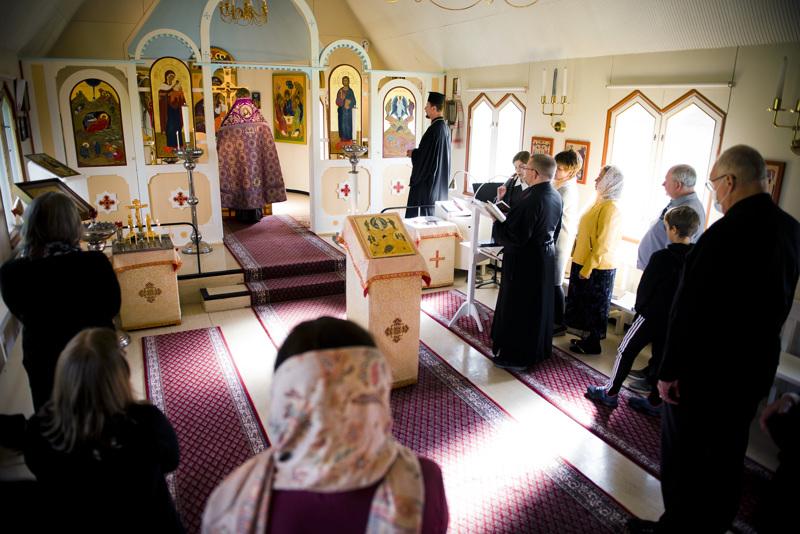 Seurakunnantarkastus Karvoskylän kirkossa alkoi juhlavalla rukouspalveluksella.