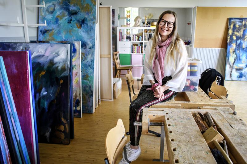 Entisestä Etelänkylän koulun puutyöluokasta on tullut taiteen tuotantotila Leena Vainiolle ja hänen valmennettavilleen.