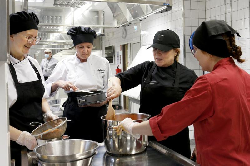 Marianne Pohjonen (vas.), Teija Turunen ja Riitta Rahkonen Maija Silvennoisen vegaaniruokaopissa Kokkolan ammattiopiston opetuskeittiössä.