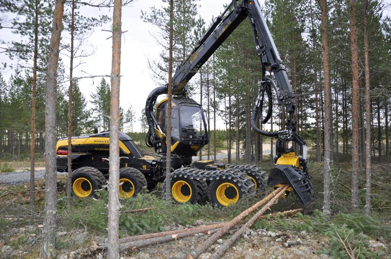 Ponssen vastaava kouluttaja Jukka Kainulainen harventamassa Kalajoen  Proforest-messujen näytösalueen metsää. Tämä yleiskone sopii sekä harvennukseen että aukkoon.