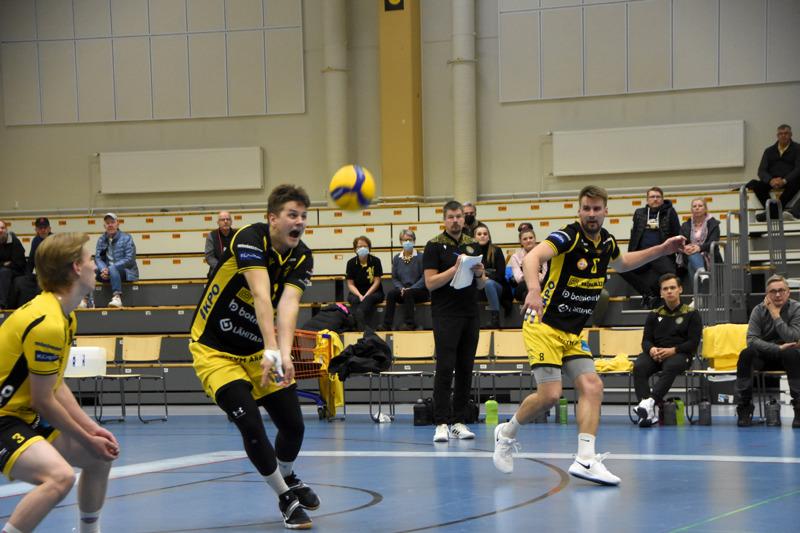 Jere Mäkinen nostaa pallon peliin. Varmistamassa libero Ville Sihvonen ja Teemu Lahti.