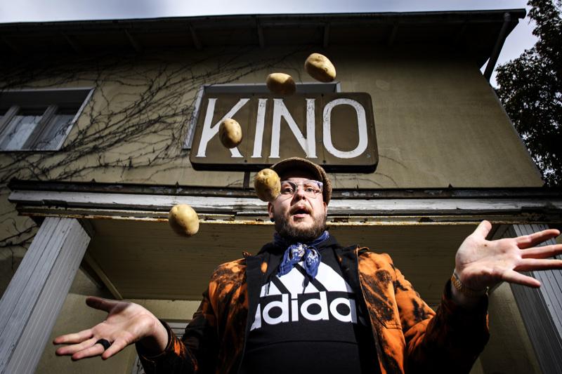 Kaustislähtöinen näyttelijä Mikko Penttilä piipahti kotikulmillaan kertomassa Peruna-elokuvasta.