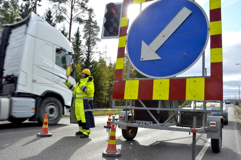 Anne Manninen oli alkuviikosta ohjaamassa liikennettä Sievintiellä sen asfaltoinnin aikana.